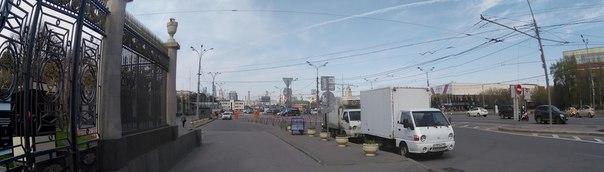 Внутри кольца у Москвы есть закон: все достопримечательности видны из одной точки. Здесь: Москва-сити, одна из Сталинских высоток и Крымский мост.