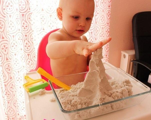 КАК СДЕЛАТЬ КИНЕТИЧЕСКИЙ ПЕСОК СВОИМИ РУКАМИ ЗА 5 МИНУТ Сейчас всё большую популярность набирает так называемый кинетический песок. На вид это обычный песок, но в тоже время он обладает невероятно интересными свойствами: отлично держит форму при лепке, а в руках расплывается словно вода. Детки (да и взрослые) просто обожают играть с ним!! Такой песок можно, конечно, и купить, но стоит он довольно дорого и встречается в магазинах редко. Самим же его приготовить быстро и дешево. Вам потребуются:…