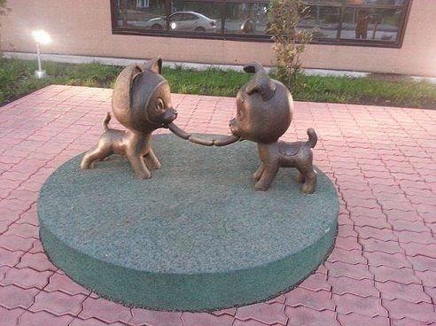 «Сосиска дружбы» — невероятно добрая и позитивная скульптура!