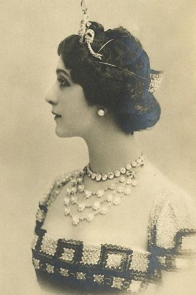 Княжна Китти Мещерская была аристократка и жила в роскоши Всё у неё было: дворец, драгоценности, рояль, платья Она воспитывалась в пансионе для благородных девиц. Носила тугие корсеты для