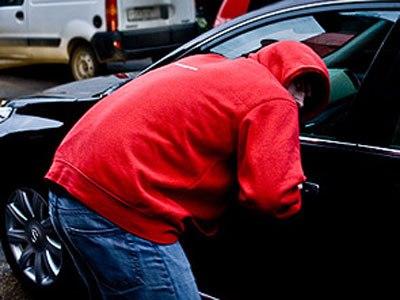 Под Таганрогом полицейские задержали мужчину, укравшего мобильный телефон из машины