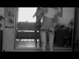 Красивая девушка танцует под клубный трек