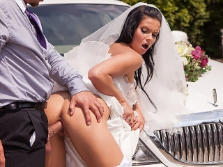 Порно сквирт на капоте лимузина