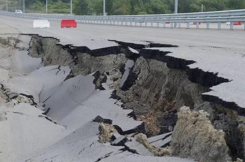 В Северодонецке под проезжей частью провалился участок дороги