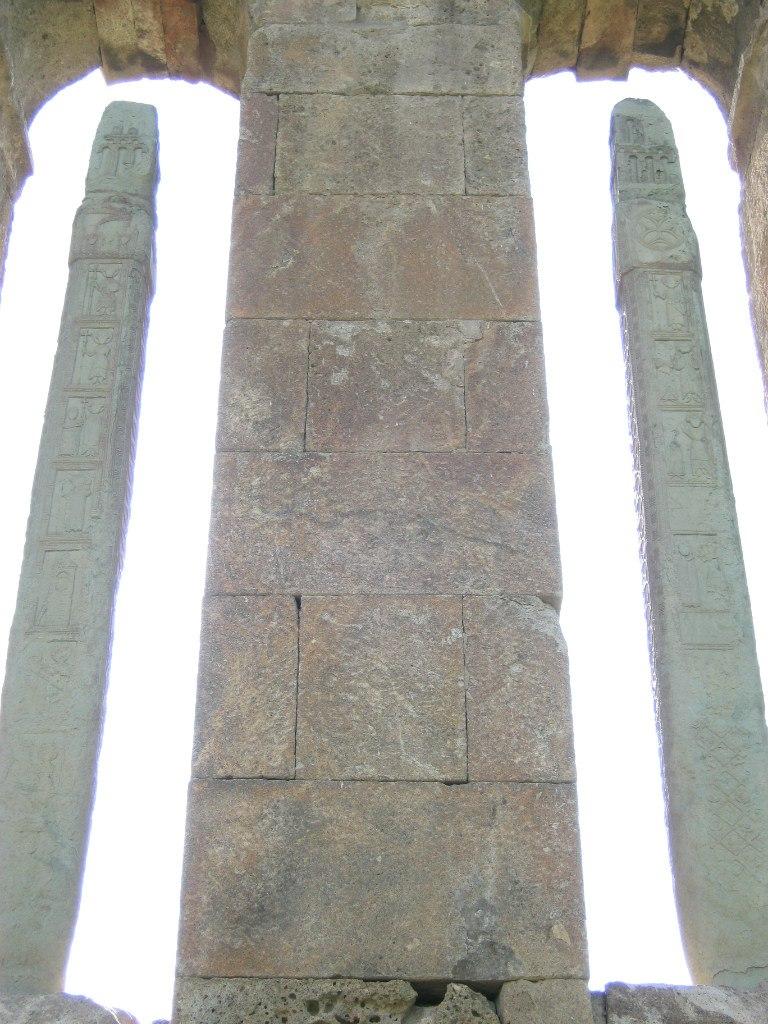 Очень необычные колонны с рельефами в церкви Одзун