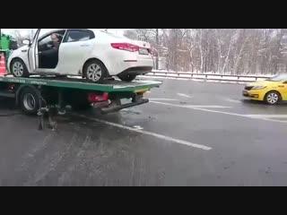 """В Москве мужчина, недовольный действиями работников эвакуатора, залез на платформу, сел в машину, """"спрыгнул"""" и уехал NR"""