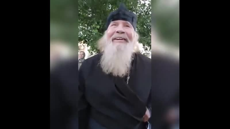 Пьяный батюшка угрожал расправой местным жителям на одной из остановок Омска