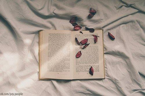 ..Все люди, как книги, и мы их читаем, Кого-то за месяц, кого-то за два. Кого-то спустя лишь года понимаем, Кого-то прочесть не дано никогда. … Кого-то прочтём и поставим на полку, Пыль памяти изредка будем сдувать... И в сердце храним... но что с этого толку? Ведь не интересно второй раз читать! Есть люди-поэмы и люди-романы, Стихи есть и проза - лишь вам выбирать. А может быть, вам это всё ещё рано И лучше журнальчик пока полистать? Бывают понятные, явные книги, Кого-то же надо читать между…
