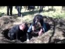 Ждановка 12 октября 2014 Родственники раскапывают могилу ополченца Евгения который погиб 16 августа под минометным обстрелом ВСУ