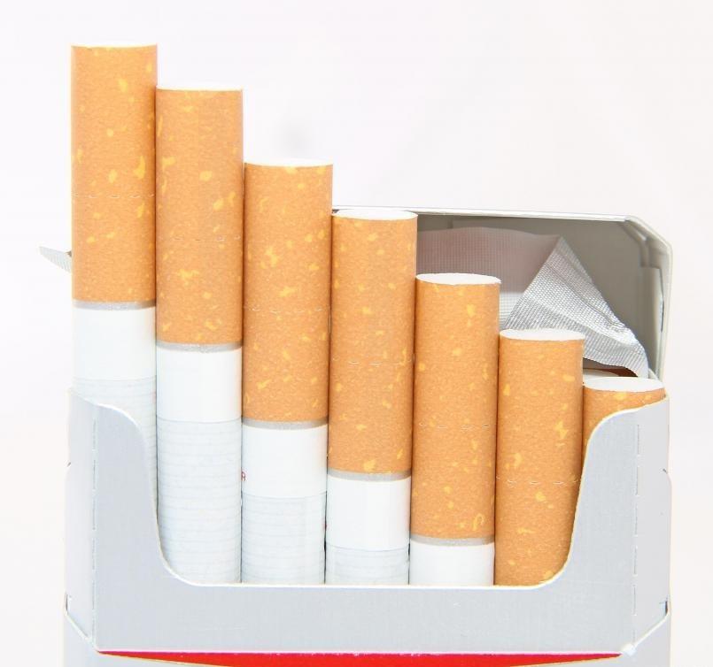 Курение сигарет может увеличить риск человека в развитии заболевания десен, что может привести к отступанию десен.