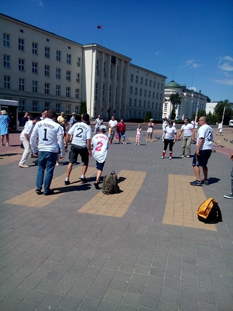 """Брестчане играли в футбол на главной площади в майках с надписью """"Ай-Помер"""""""