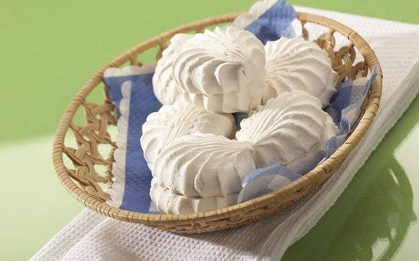 Нежный зефир Такое лакомство можно кушать самостоятельно, а можно из него делать прослойки в торте. Приготовление простое и займёт всего 40 минут. Ингредиенты: — сахар 100 гр, — смесь для желе (пакетик из магазина, вкус на ваш выбор) 50 гр, — вода 200 мл, — сахарная пудра 2-3 ст.л., — ванилин на глаз, — щепотка лимонной кислоты, — желатин 15 гр Рецепт: 1. Желатин замочить в 100 мл холодной кипячёной воды для набухания. 2. Смешать сахар и сухое желе, залить 100 мл кипятка и хорошо перемешать до…