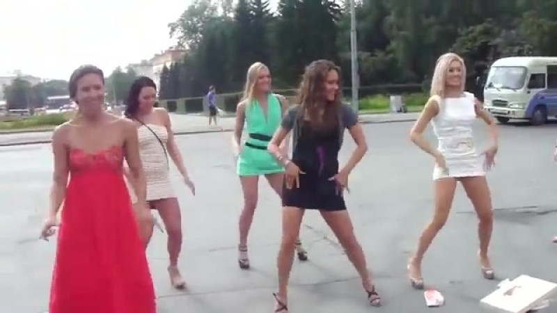 Красивые девушки танцуют на свадьбе Pretty girls are dancing on the wedding