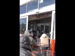 Очередь в супермаркет в США из за страха коронавируса