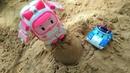 Amber y Poli Robocar construyen un castillo. Vídeo de juguetes.