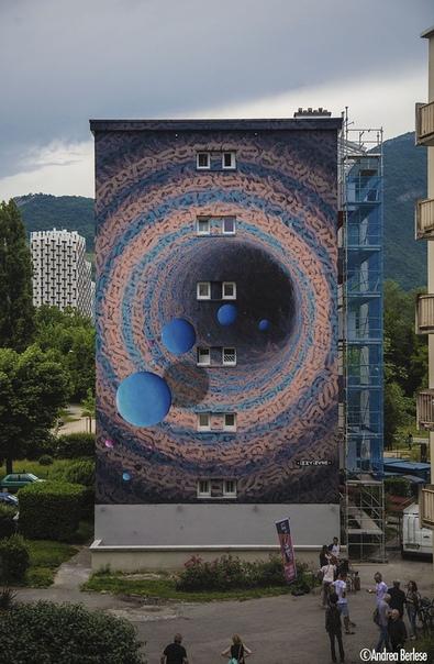 Уличная художница творит на стенах порталы в другие миры Задействовав в своем творчестве безграничную любовь к космосу, уличная художница Иззи Извне создала собственный уникальный стиль,