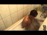 Прикол мужик в ванной пену делает