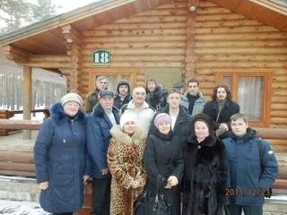 В санаторий ко мне приезжала группа читателей. На фото я около дома с белгородскими читателями.