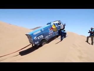 КАМАЗ -Мастер борется с дюнами на ралли Дакар.
