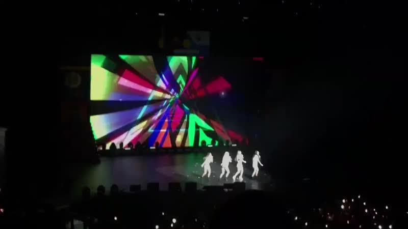 [REDMAREinSG] 1st encore stage with Red Velvet's Ice Cream Cake'! Gimme that, gimme that, ice cream - RedVelvet RedVelvetinSG