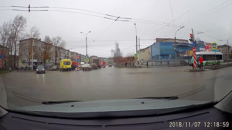 Авария в полдень на перекрестке Юбилейная-Ломоносова.