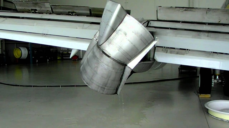 737 thrust reversers, spoilers, and flaps in down position