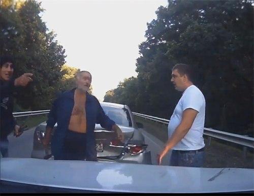 Недалеко от города Таганрога на трассе пожилой мужчина с молотком спровоцировал аварию! ВИДЕО