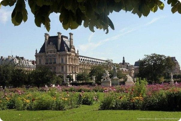 Дворец Тюильри находится в западном конце Лувра, в саду Тюильри, который растянулся от Лувра до площади Согласия. Париж.