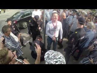 [Vladimir Zhilinsky] Активист приковал себя наручниками на митинге против пенсионной реформы