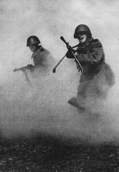 Эта фотография стала символом мужества и героизма советских солдат. 1943 г.