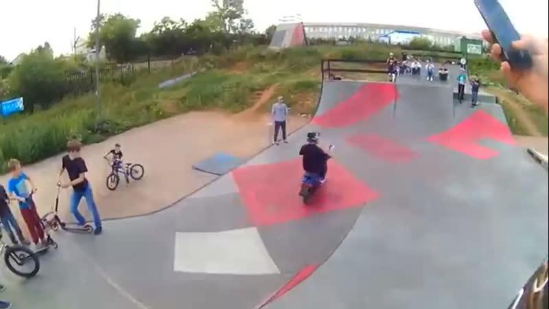 Бешанный скутерист внедрился в велопарке