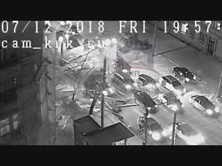 Леса в центре Красноярска упали на автомобили