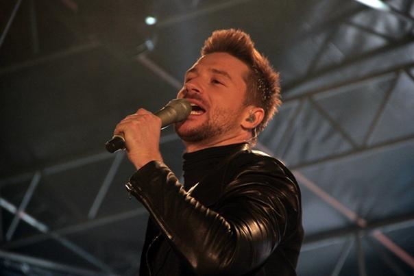 Сергей Лазарев Сергей Лазарев – популярный российский певец, исполняющий песни как на английском, так и на русском языке. Выступал в дуэте «Smash!!», а также как сольный исполнитель.Вел