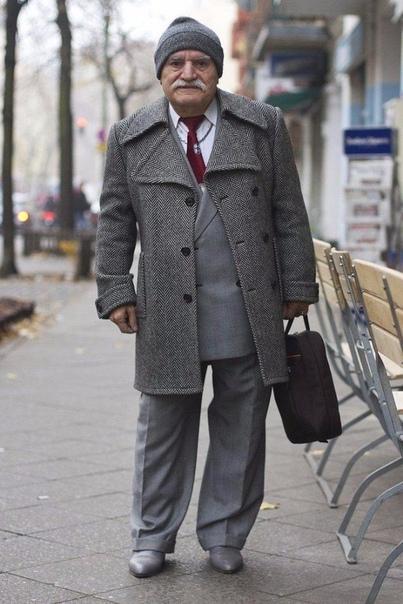 каждое утро 86 летний портной али надевает новый костюм. и отправляется на работу. этот старичок даст фору любому моднику, невзирая на свой преклонный возраст. фотограф: zoe