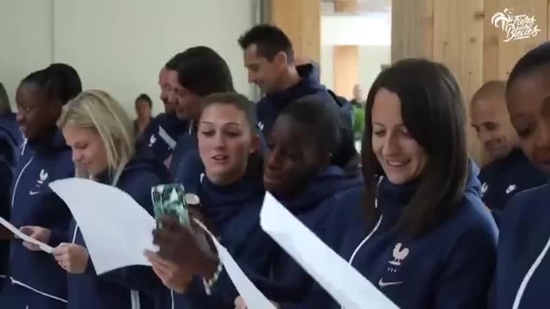 A deux jours du début de la Coupe du Monde, les Bleues ont rejoint leur hôtel près de Paris et ont été accueillies par des enfan