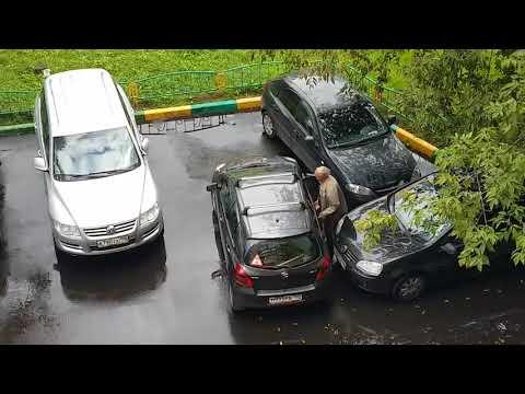 Дед выезжает с парковки