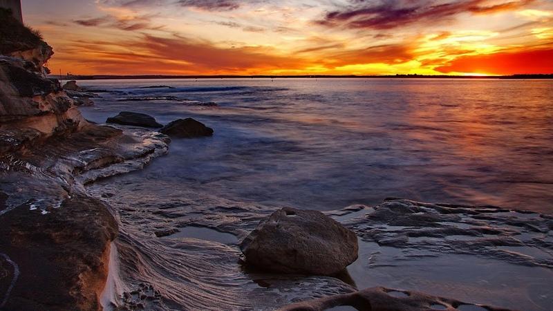 Тихо плещется море у скал