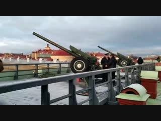 Мой дедушка производит традиционный полуденный выстрел с Нарышкина бастиона Петропавловской крепости.
