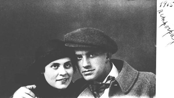Страдать Володе полезно. Маяковский и его странная любовь втроем Имя Владимира Маяковского известно всем, кто не проспал школьных уроков литературы. Многие вспомнят и о Лиле Брик - музе и