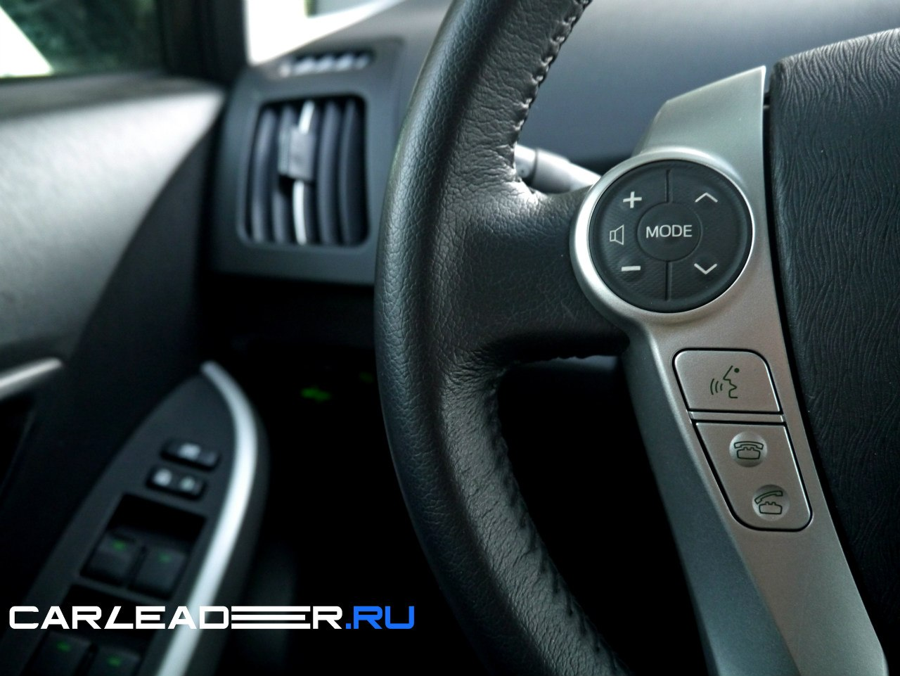 Можно заметить, что кнопки управления аудио-системой Toyota Prius 2014 - самые удобные. Нажимать легко даже не глядя.