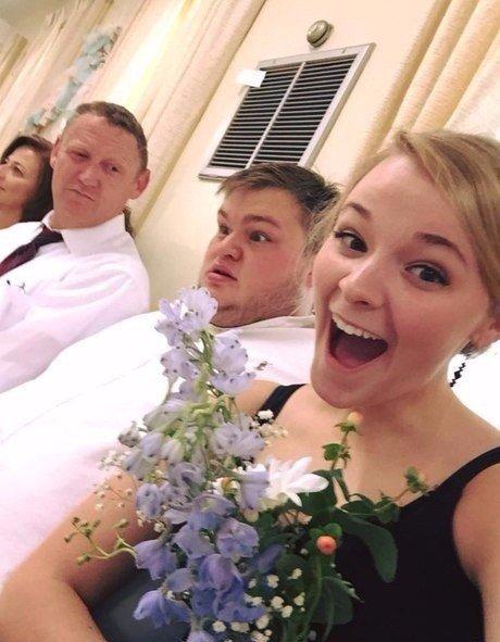 Подруга поймала букет на свадьбе, на заднем фоне реакция ее парня