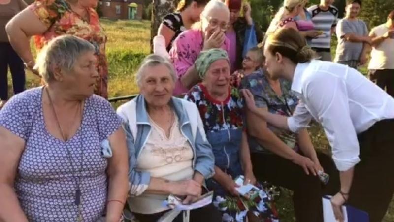 Бабушки деревни Васильевское плачут, переживают за Главу Серпуховского района Александра Шестуна.