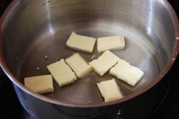 ванильный горячий белый шоколад что нужно: шоколад белый 1 уп.сливки 3540% 1 ст.ванильный экстракт 1 ч. л.мята свежая по вкусучто делать: * крошим плитку белого шоколада.* разогреваем среднюю