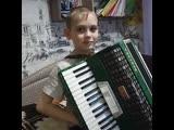 Денис играет