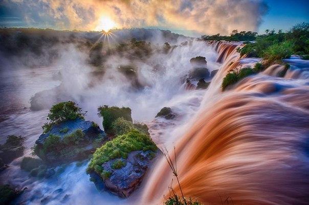 Водопад Игуасу на рассвете.