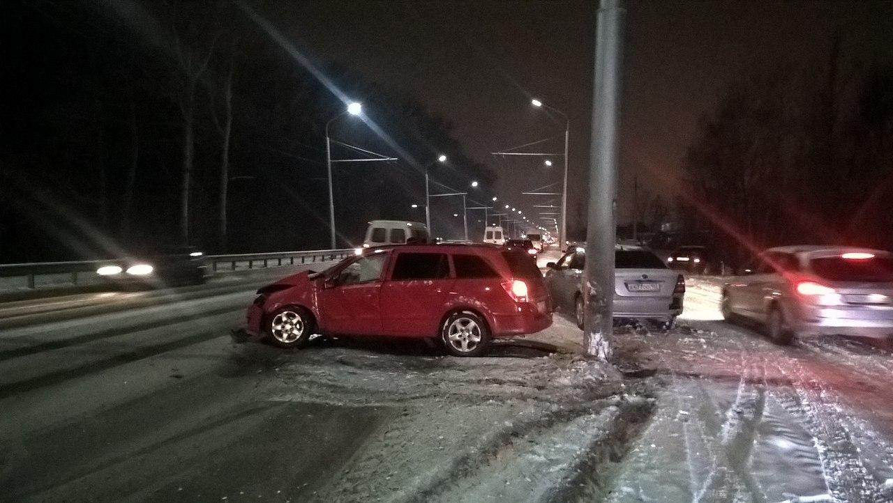В Башкирии водитель врезался в столб и выжил
