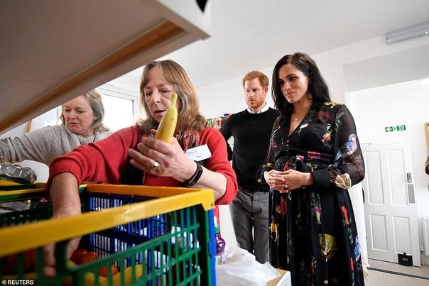 Зачем Меган Маркл написала сообщения на бананах для работниц секс-индустрии во время визита в Бристоль Во время визитов монарших особ каждая мелочь тщательно спланирована заранее, и каждый шаг
