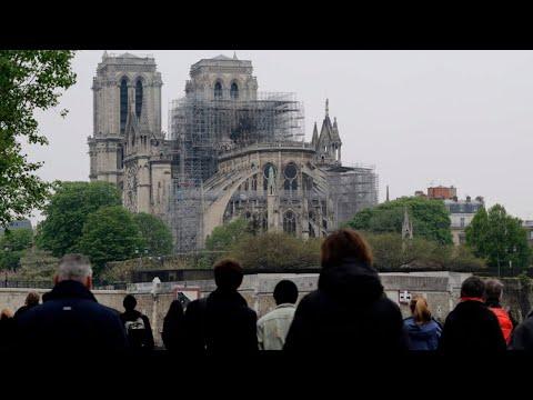 EN DIRECT de Paris Un paraplui géant ouvert pour protéger Notre Dame des intempéries