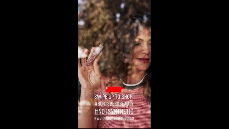 Женевьев рекламирует косметику Burt's Bees из истории Джен на Инстаграме
