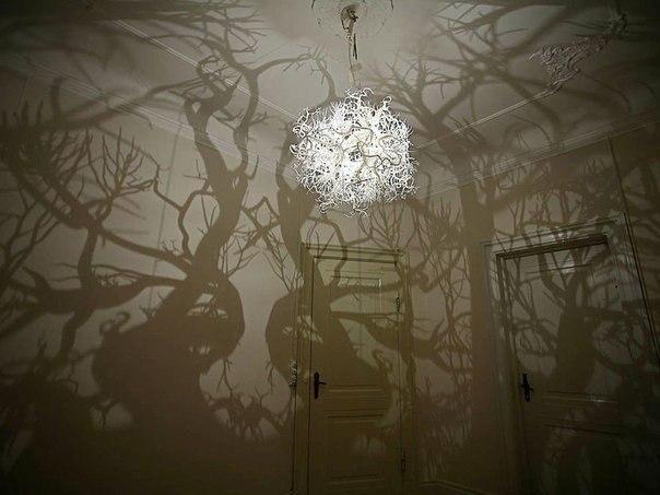 Люстра, превращающая комнату в лесную чащу.